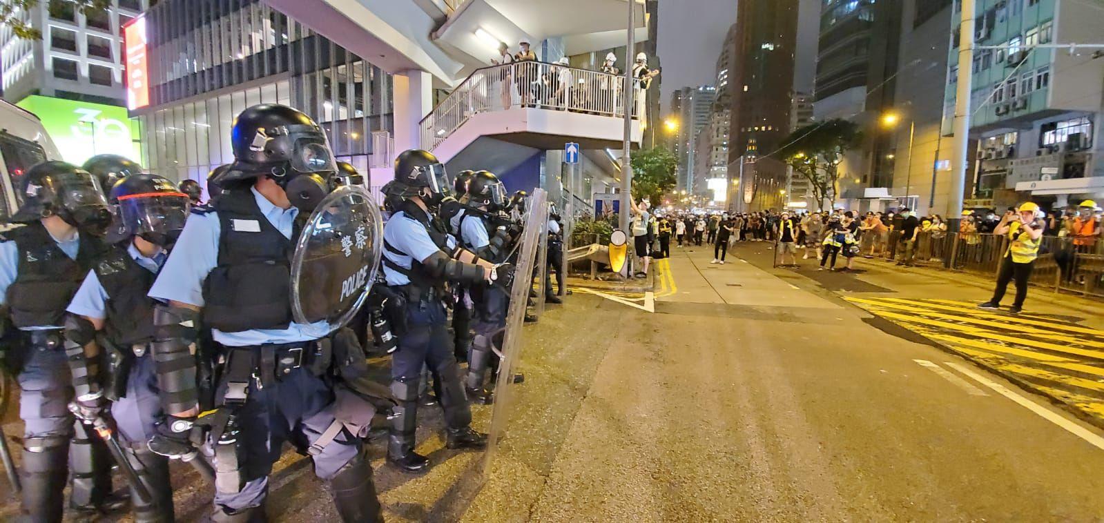 【逃犯條例】防暴警察金鐘道放催淚彈 示威者折返重佔馬路