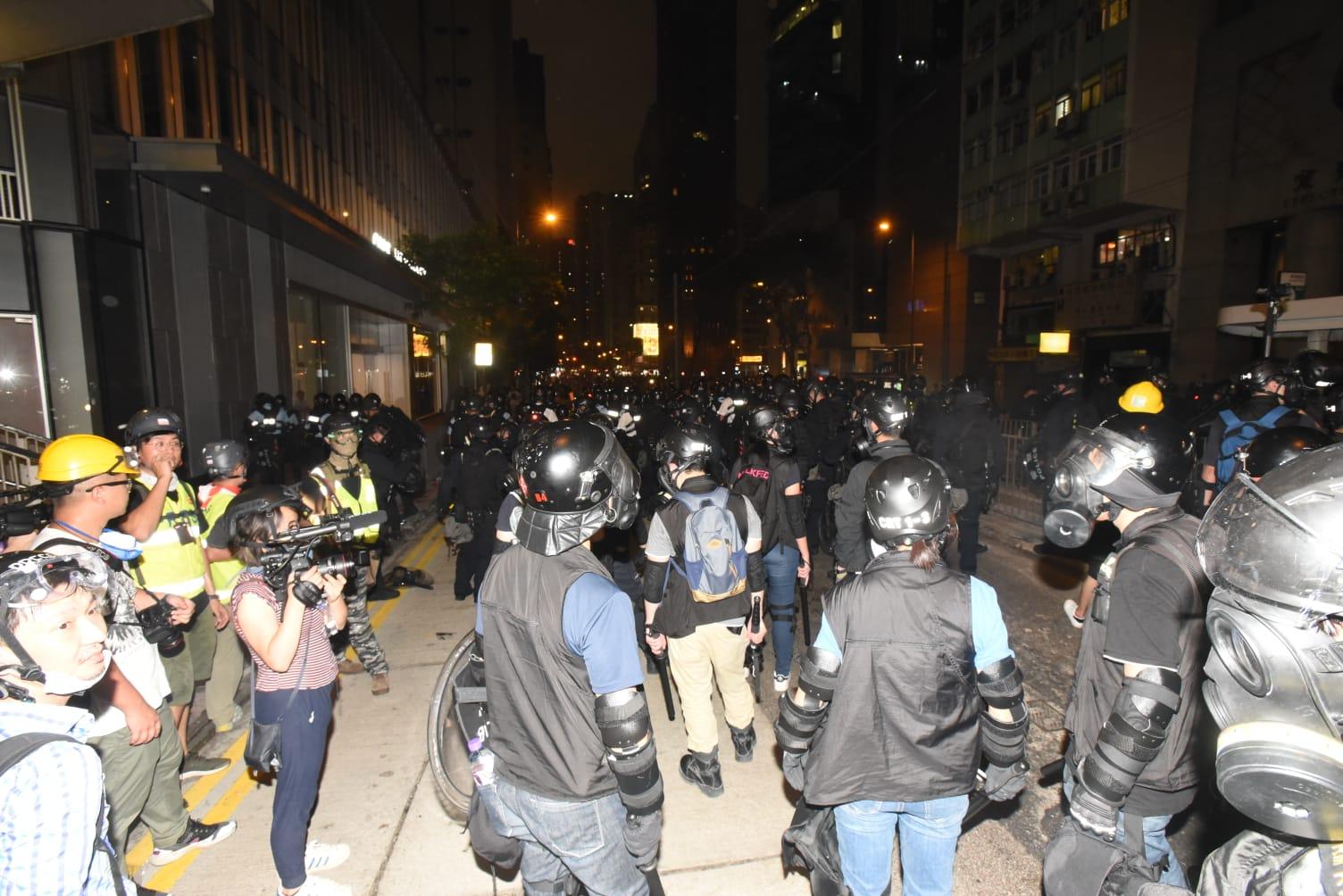 大批警員到場增援