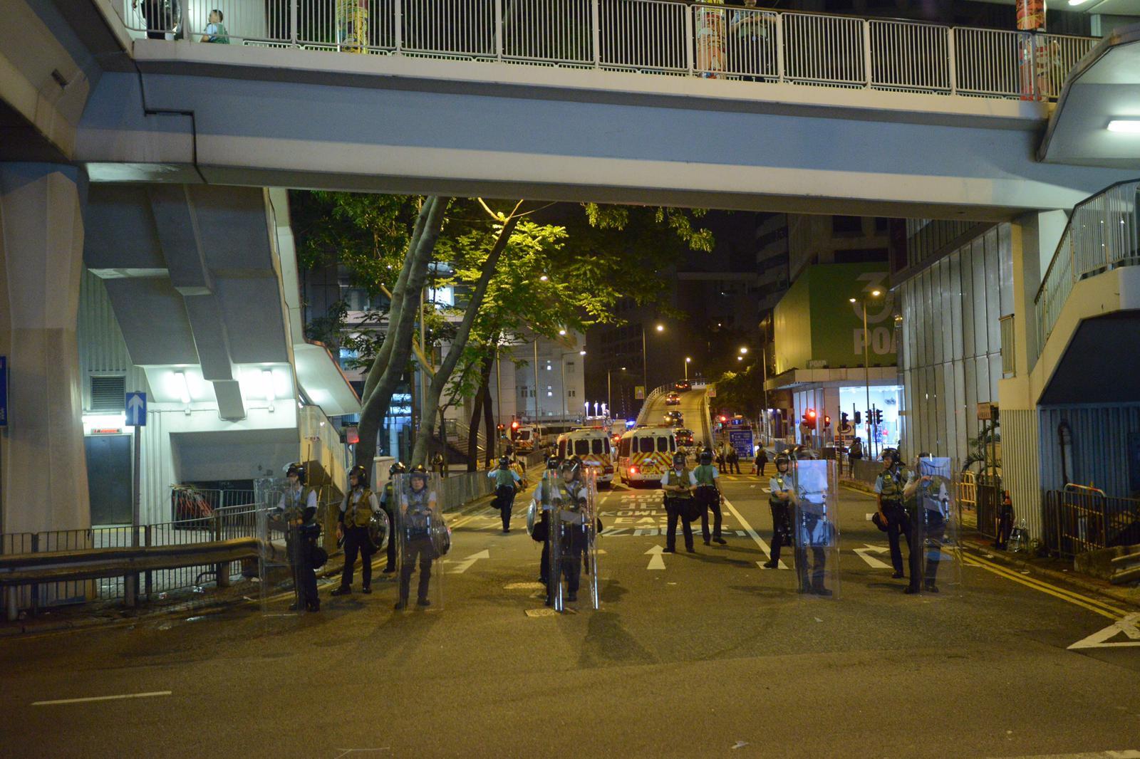 【逃犯條例】凌晨示威者減少 多條街道重開