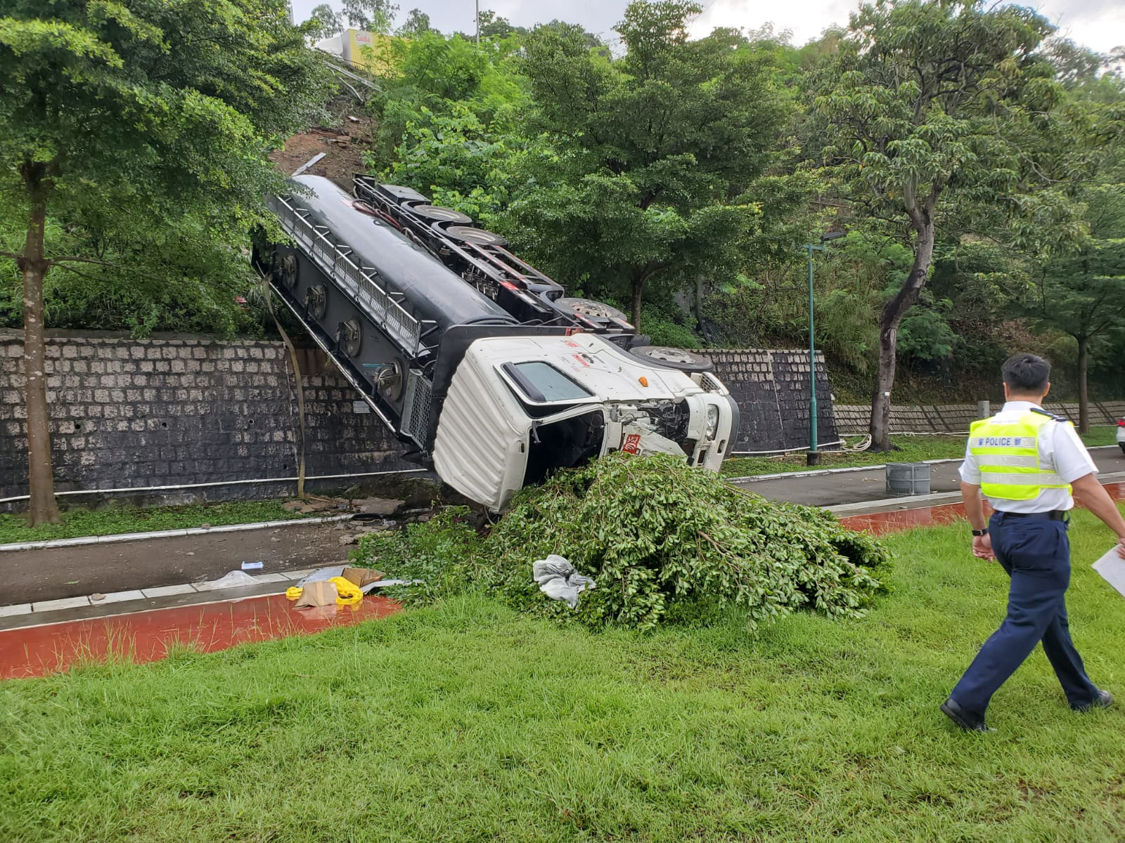 運油車懷疑失控翻側。