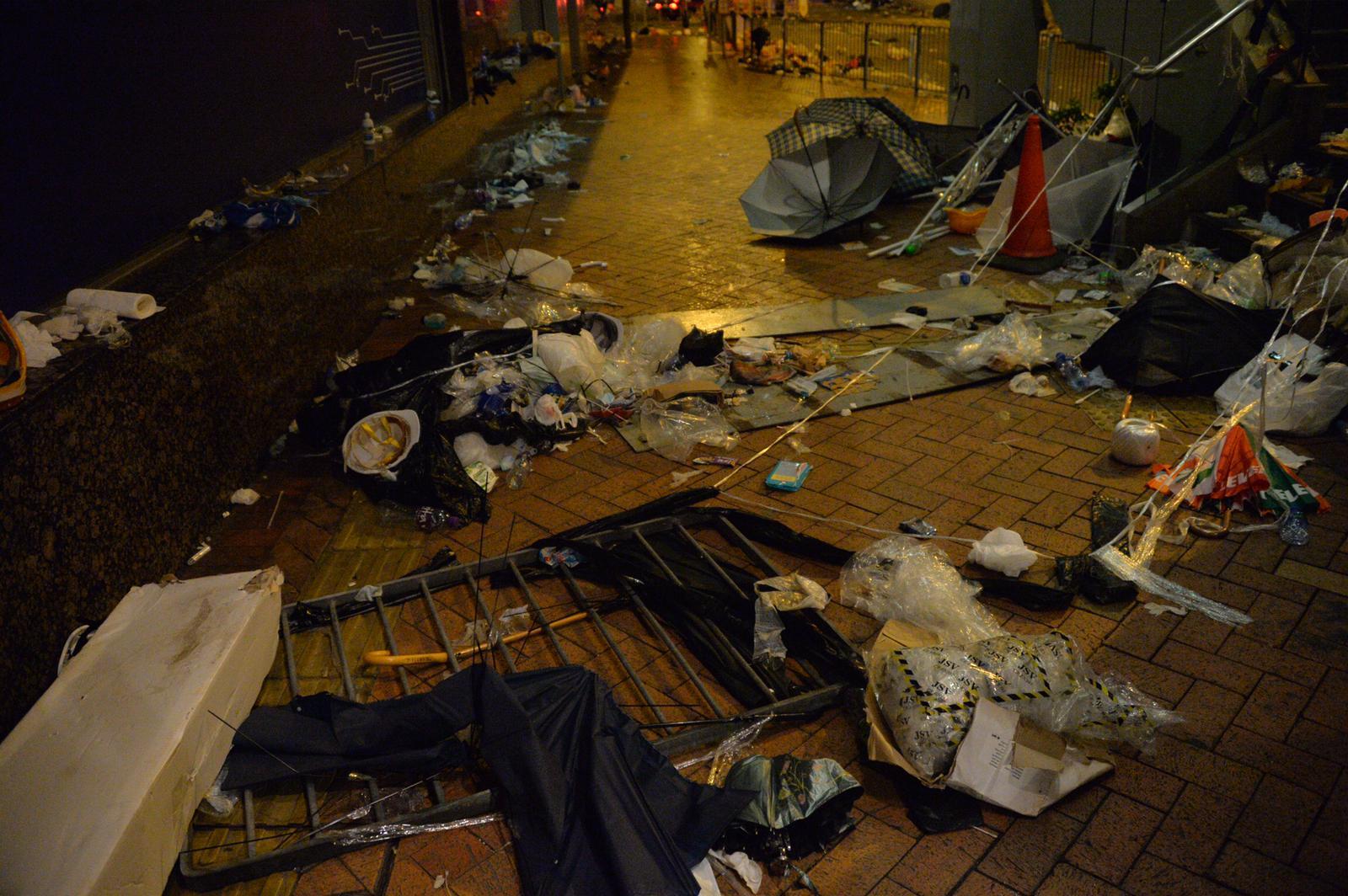 現場街頭遺下大量垃圾。