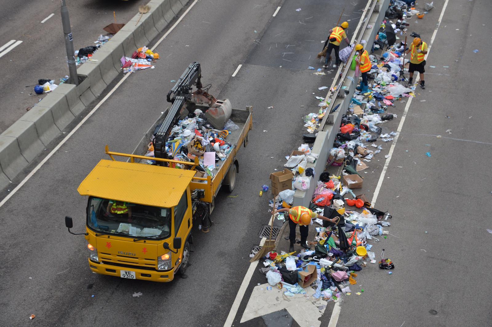 夾斗車及貨車到場協助運走垃圾。