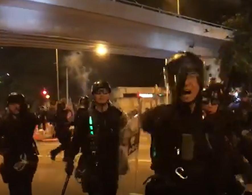 10多名多手名持警棍及盾牌的警員驅趕在場人士。