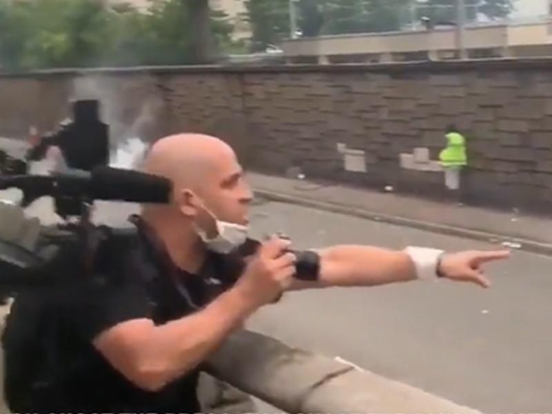 外國記者目睹警方發射催淚彈即爆粗。