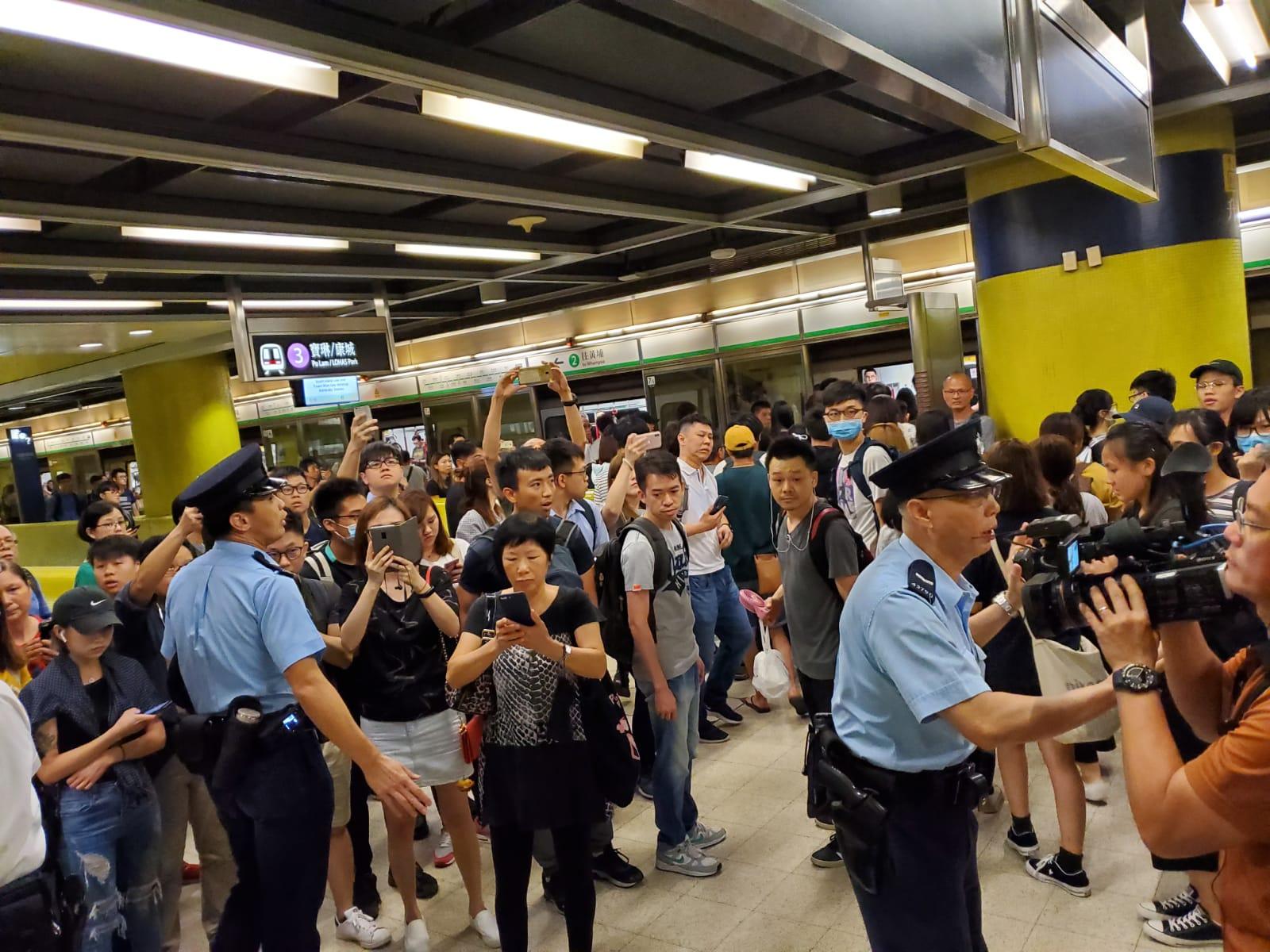 警員在月台維持秩序。