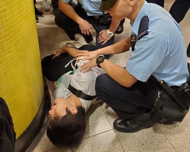 警員在場了解懷疑客差錯腳乘客的情況。