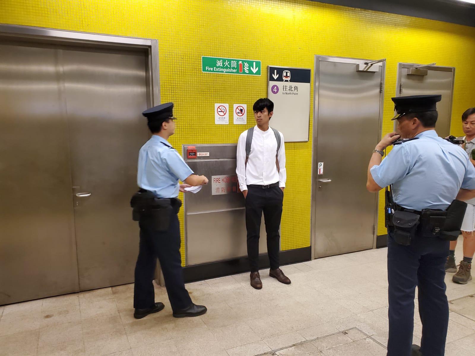 警員在站內戒備。
