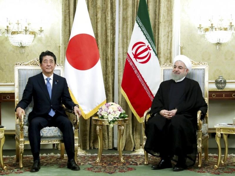 日本首相安倍晉三到訪德黑蘭,同伊朗總統魯哈尼會談。AP