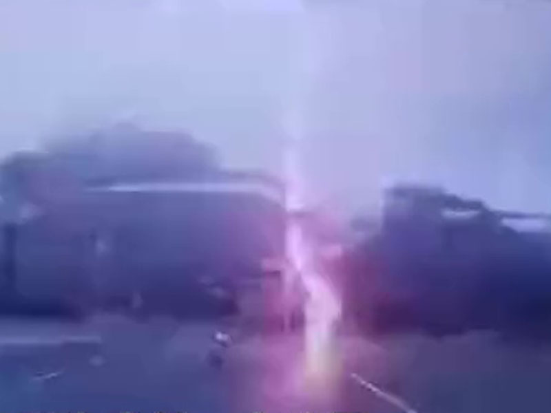 一道閃電落下打在騎電單車男子身邊約兩米的路面上。(網圖)