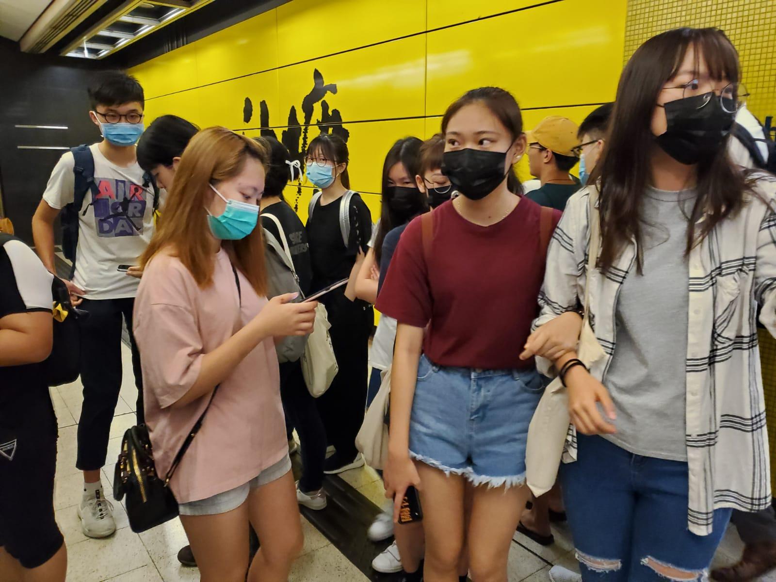 油塘站月台所見,在場有不少戴上口罩的年輕人。