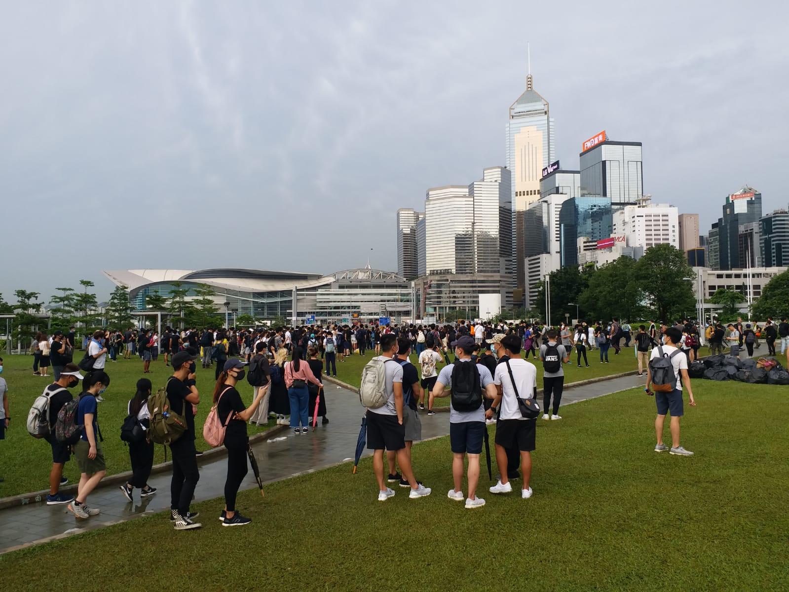 添馬公園早上開始有人聚集,當中多為年青人。