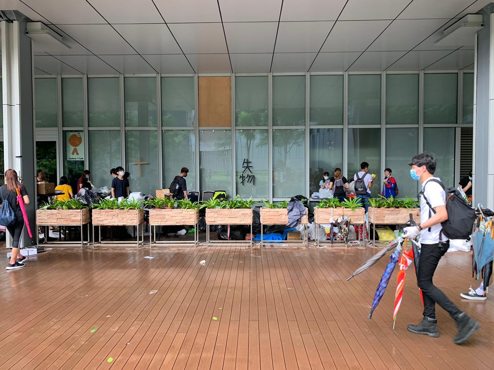 有人在添馬公園執拾物資站。