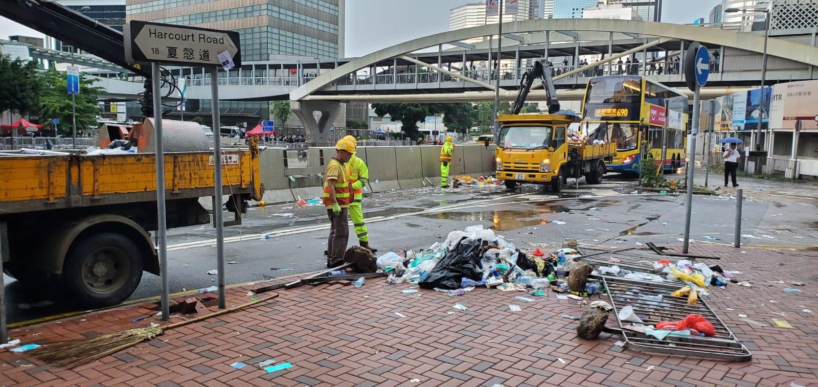 有清潔工人清理昨日示威者留下的垃圾。
