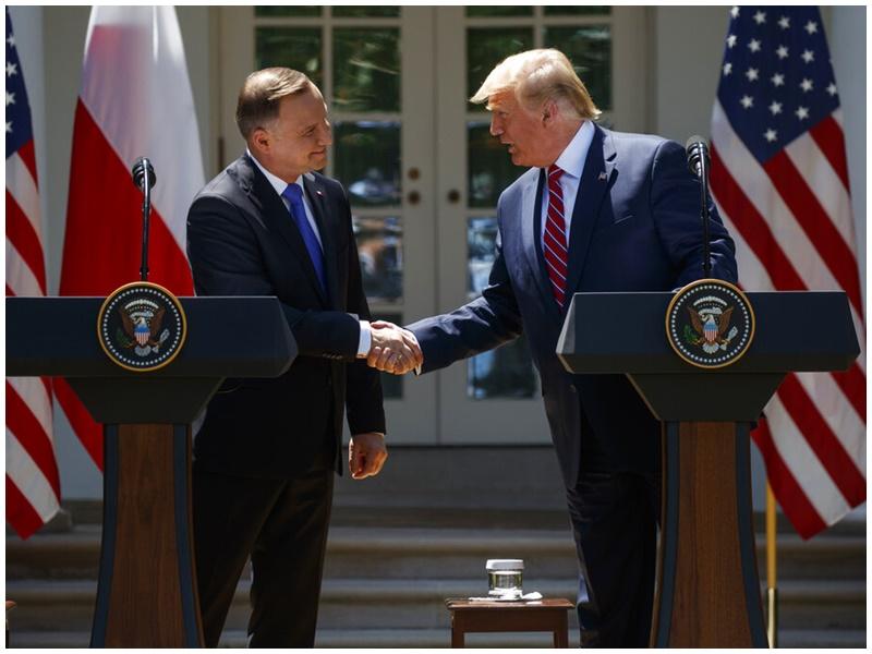 特朗普(右)與波蘭總統杜達(左)握手。AP