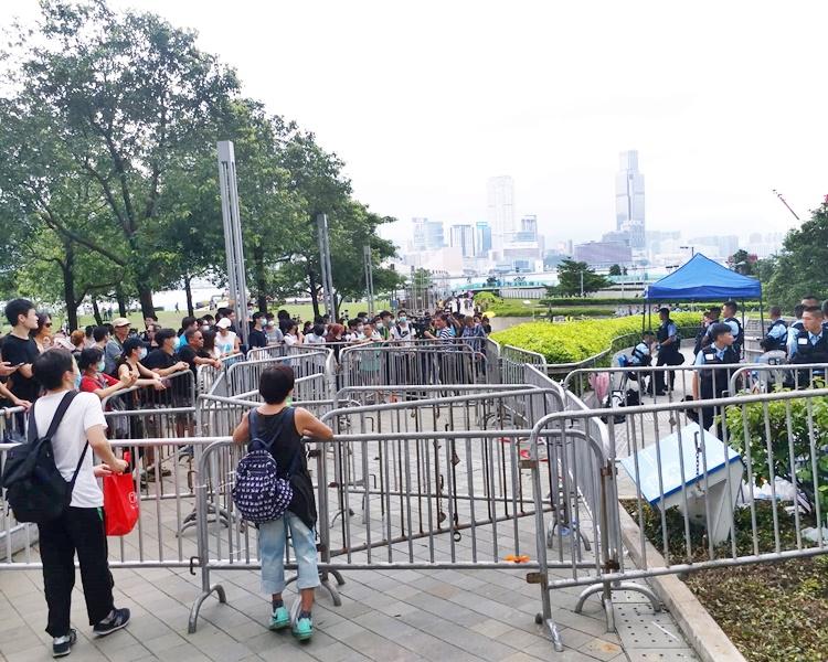 有人在添馬公園聚集並隔著鐡馬批評警方。