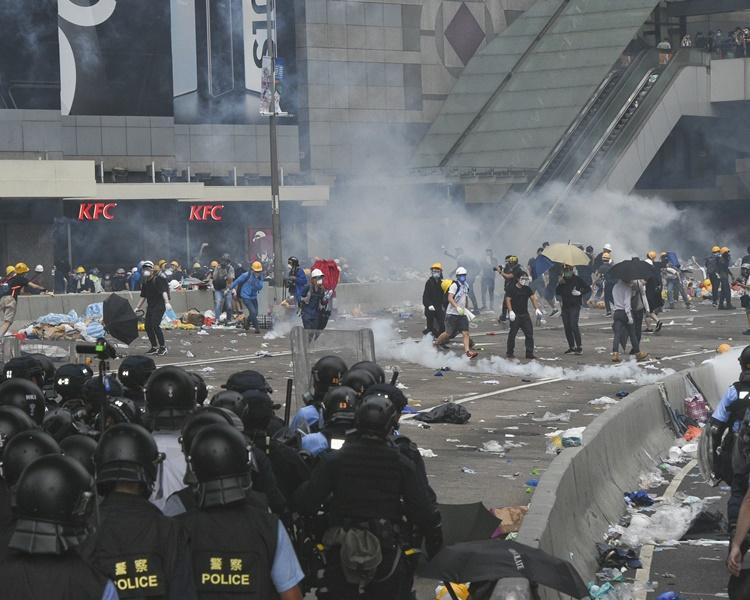 警方昨日施放催淚彈日及胡椒噴劑等驅散示威者。