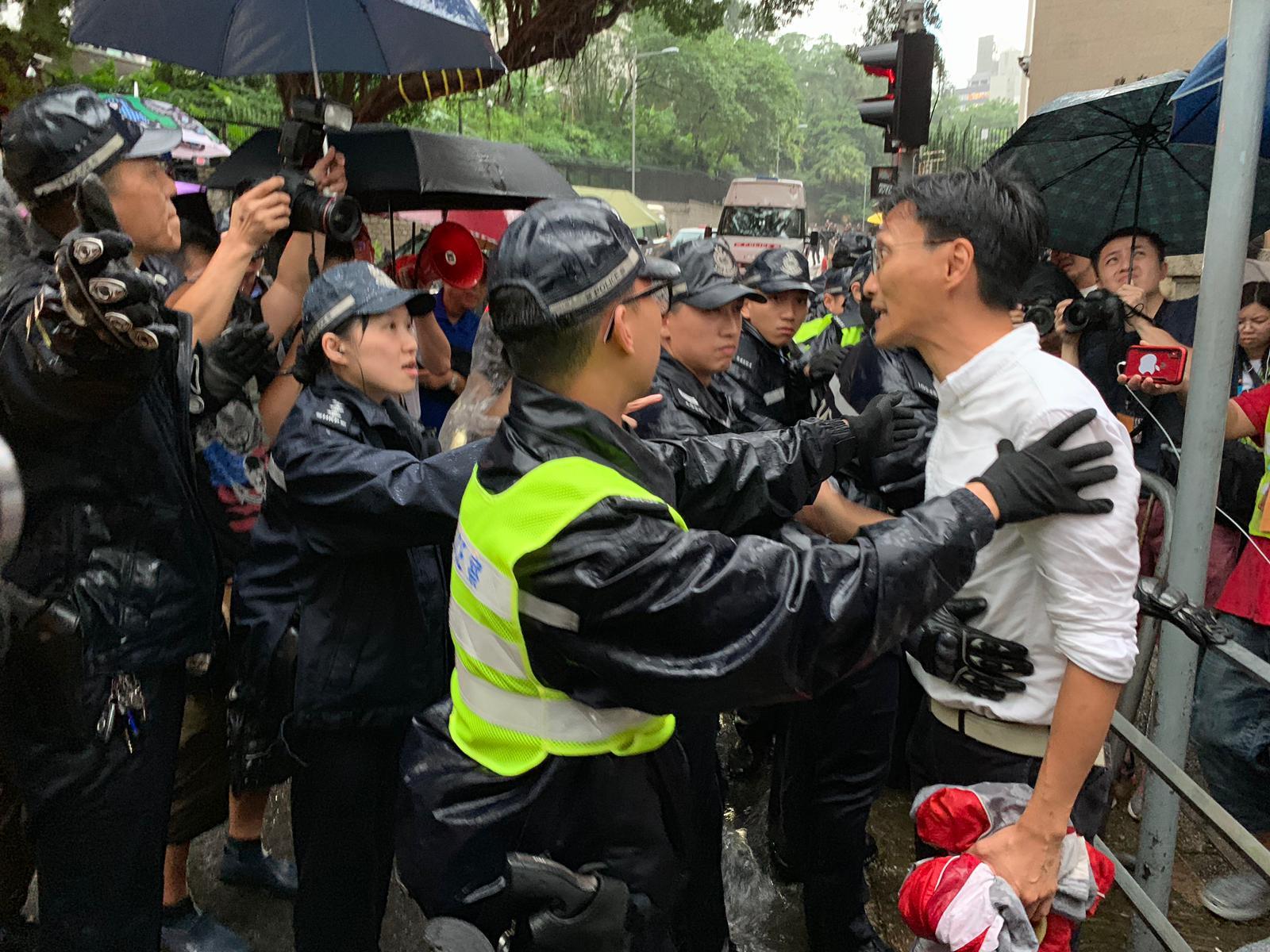 民主派議員要求前往禮賓府正方,被警方拒絕。