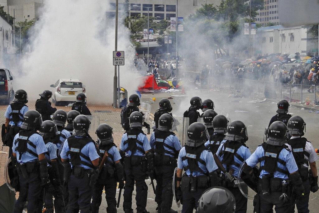 香港示威者與警方爆發激烈衝突。AP圖片