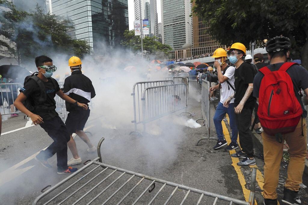 反對《逃犯條例》示威演變成激烈衝突。AP圖片