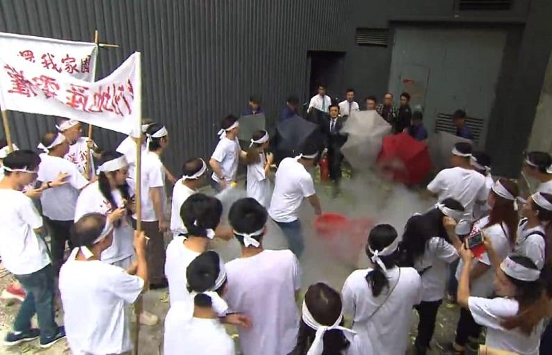 接龍保安用滅火筒向示威者噴煙驅趕。影片截圖