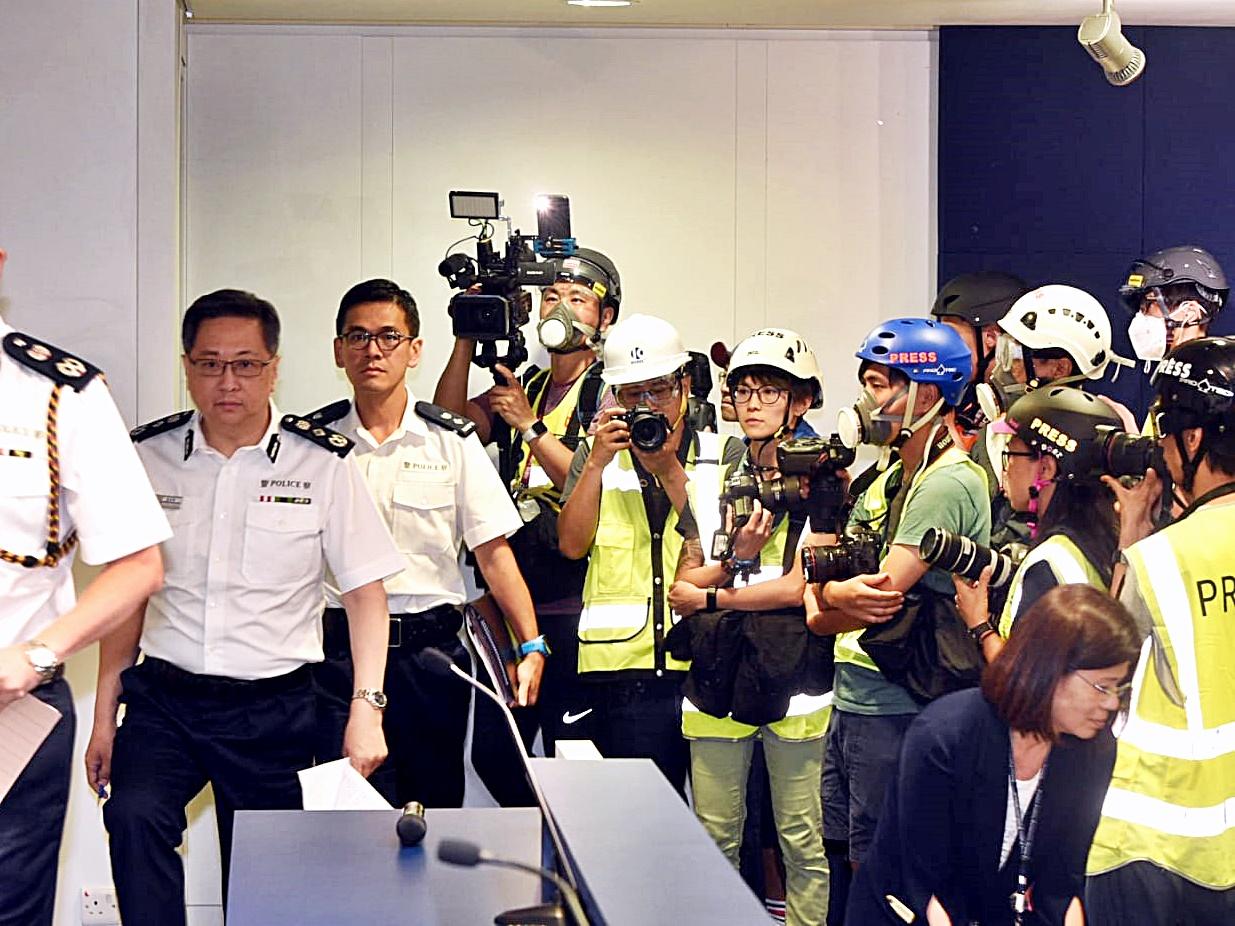記者戴頭盔出席盧偉聰記者會。