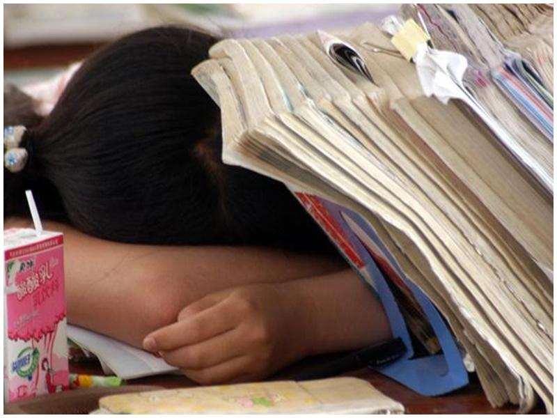 有考生因午睡不醒錯過高考。示意圖