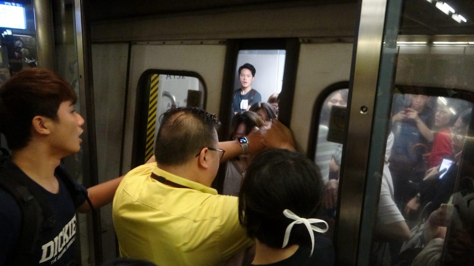 有人阻止列車車門關上