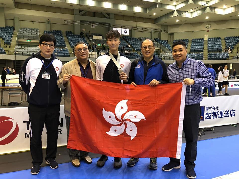 張家朗(中)獲香港體育學院主席林大輝(右二)到賀。相片由香港劍擊總會提供