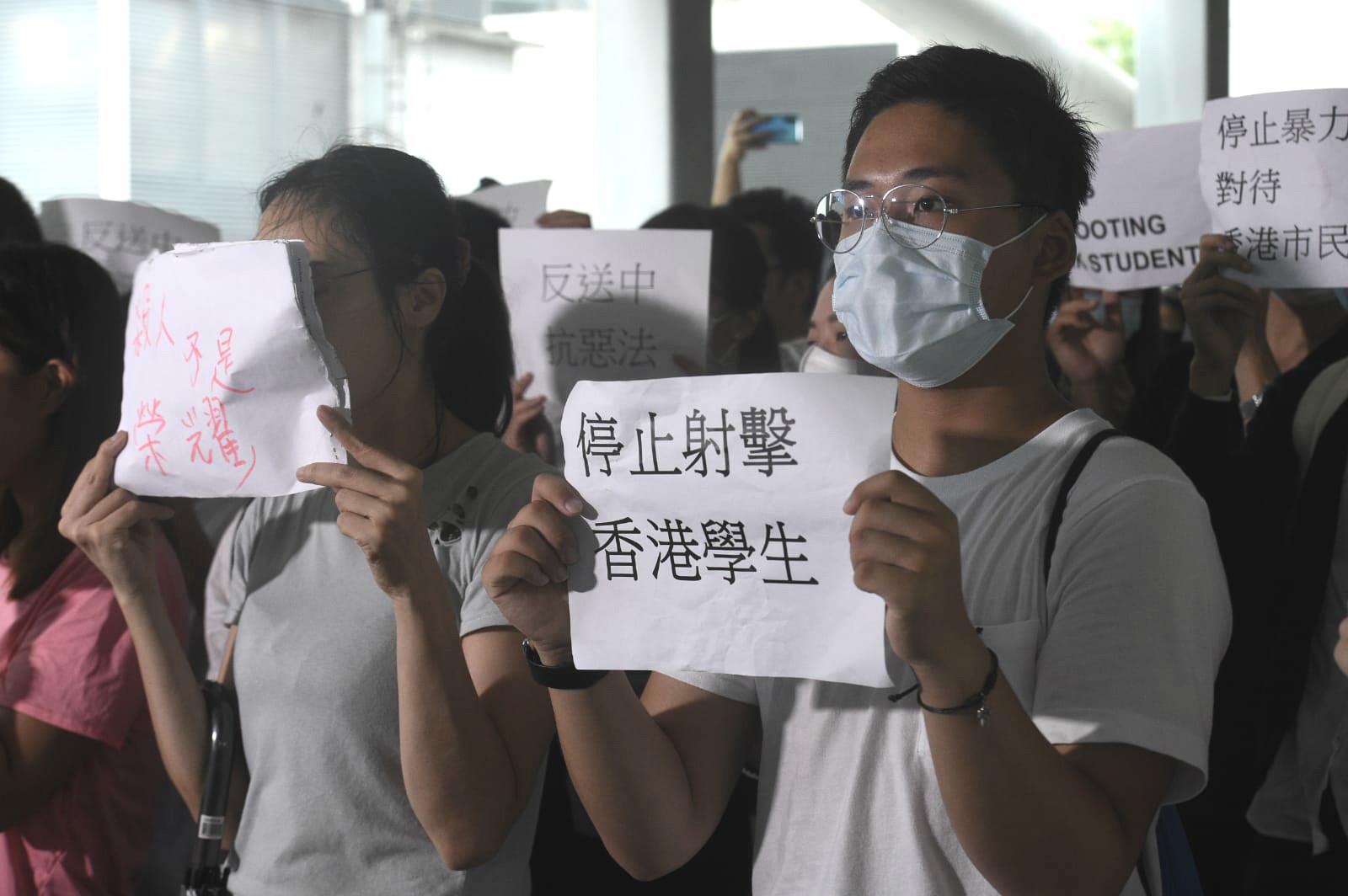 有市民抗議警方使用武力。