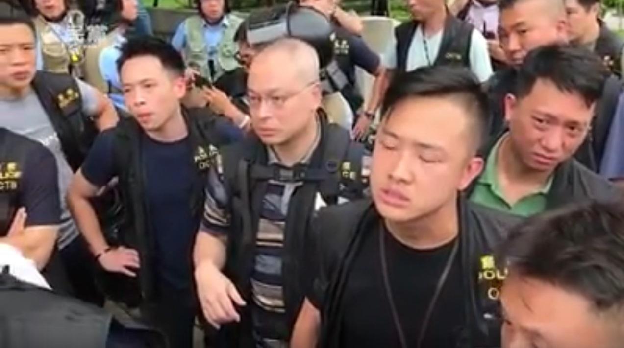 谭文豪指在场警员拒绝出示证件。谭文豪Facebook影片截图