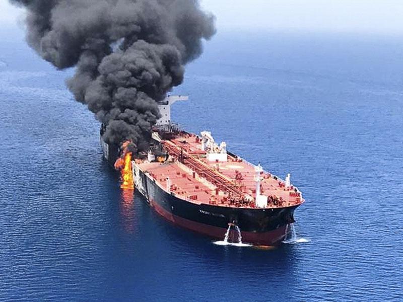 台湾中油石化租用的挪威油轮「Front Altair」在中东海域受袭起火。AP