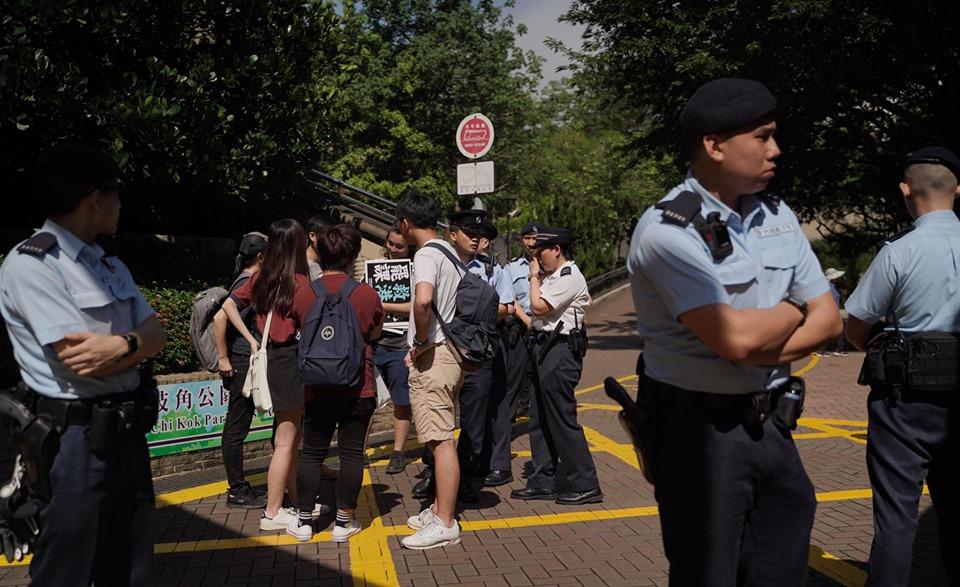 警員事後在公園要求逐一登記請願人士的身分證。黃之鋒FB圖片