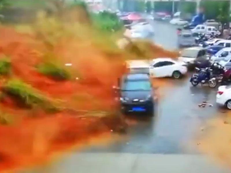 福建突发山泥倾泻,瞬间淹没两排车辆,最少1人死亡。