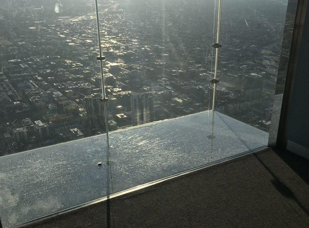 高层观景台的地板玻璃保护层,日前突然爆裂。网图