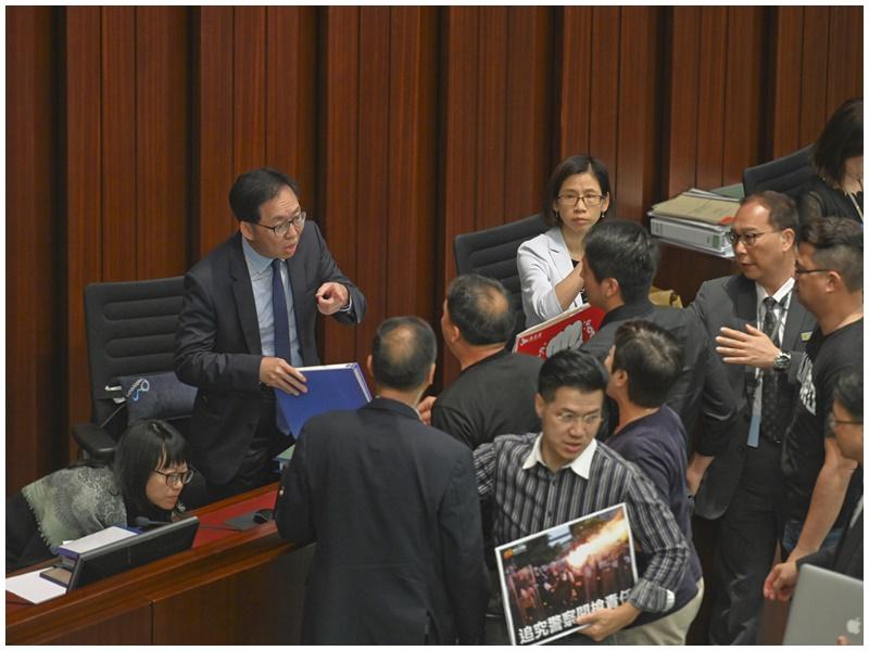 財會結束後泛民到主席台前向陳健波抗議。