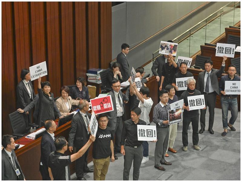 內會結束後泛民到主席台前向李慧琼抗議。