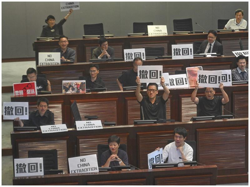 泛民會議時展示「撤回」標語。