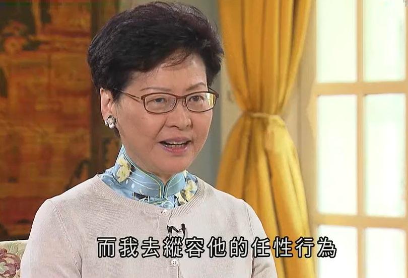 林鄭月娥前日以母親比喻與香港社會關係。無綫截圖