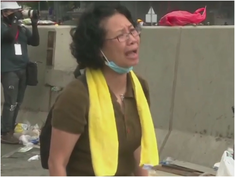 當日示威現場站在警察面前的媽媽也有上台發言。有綫截圖