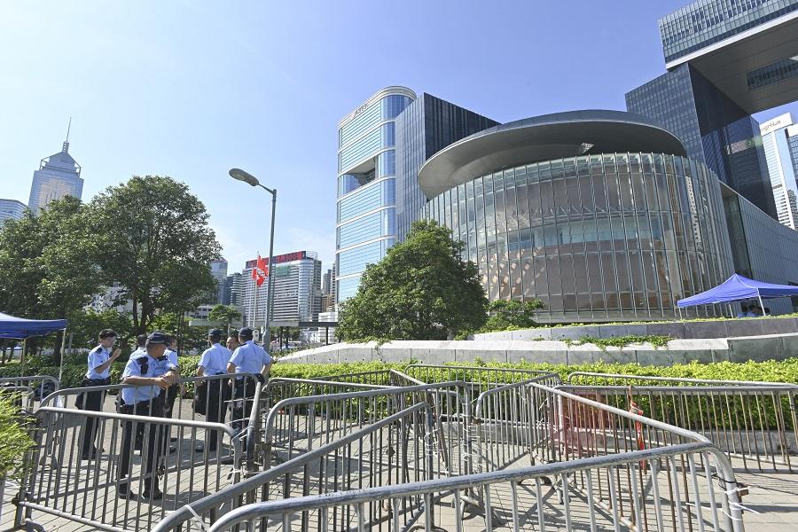 防備有示威者衝擊立會,警方昨在政府總部範圍內站崗戒備。梁文輝攝
