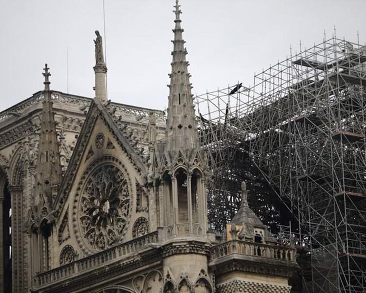 大火後的聖母院受到嚴重破壞。AP