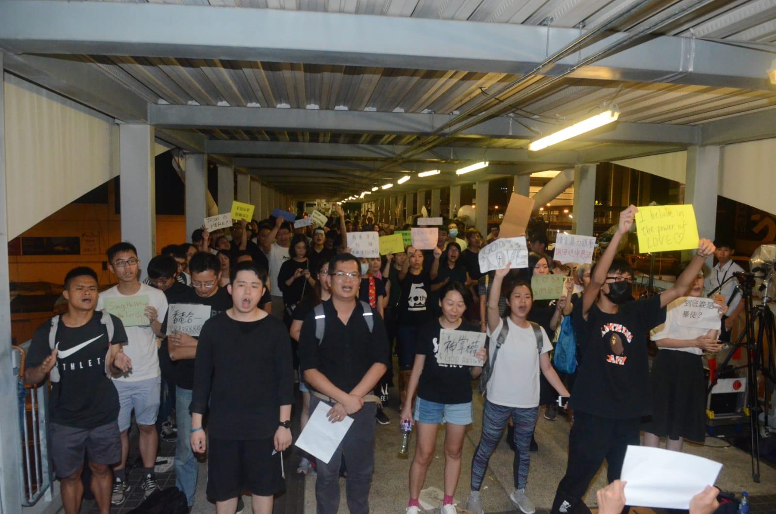 零星示威者在場高舉標語請願。