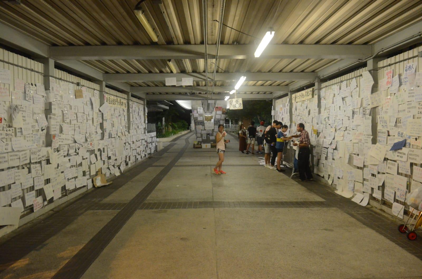 中信大廈天橋兩邊牆身被貼滿反修例標語。