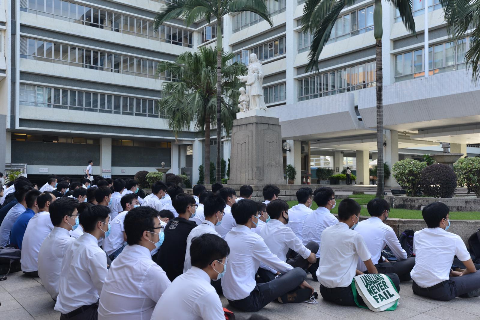 喇沙書院昨晨再有近百學生靜坐抗議。