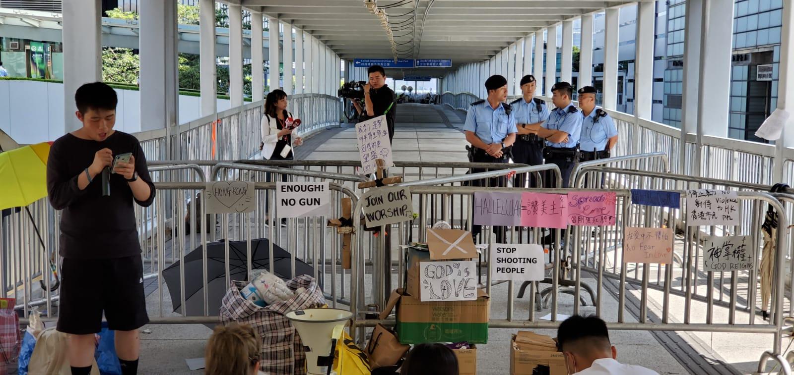 約10名市民在中信大廈天橋靜坐抗議。