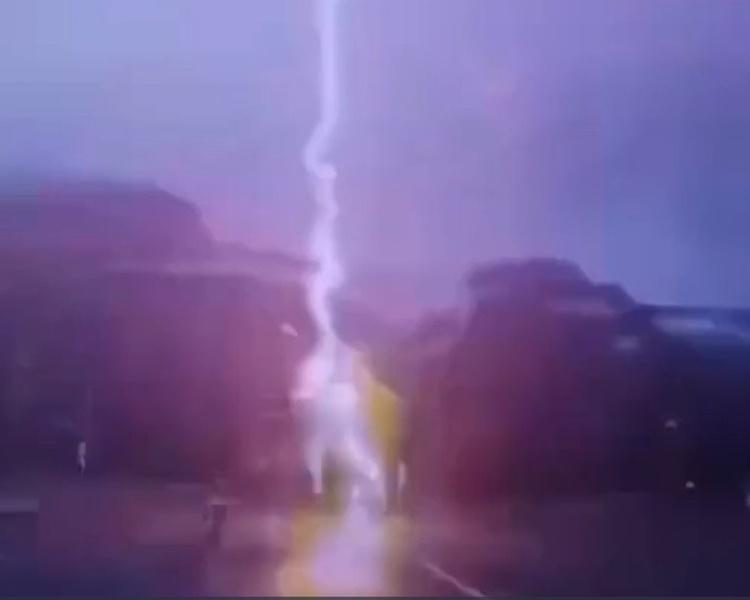 整个闪电过程持续约两秒。网图