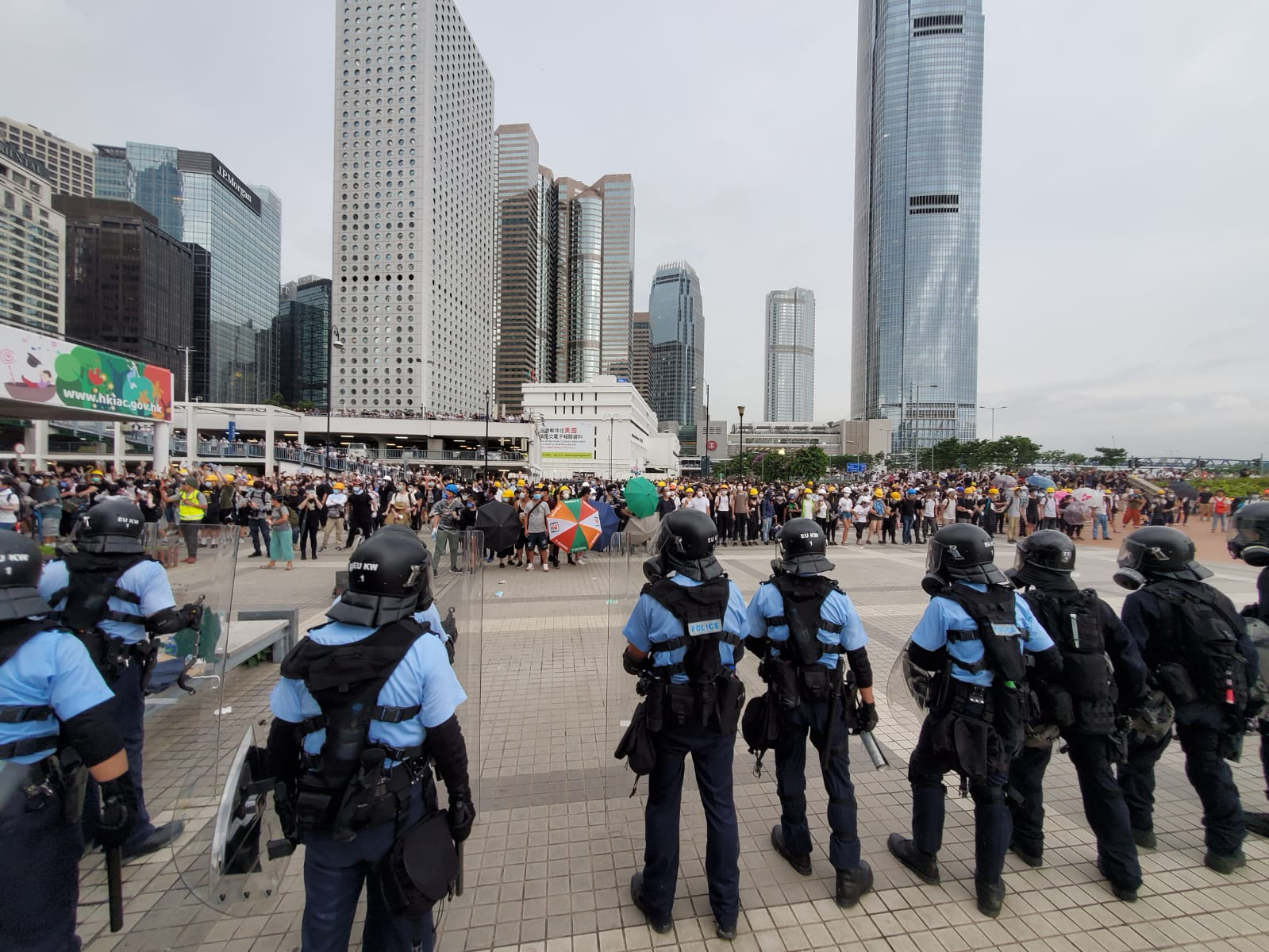 議員在聯署信中譴責警方以過分武力對待示威者。