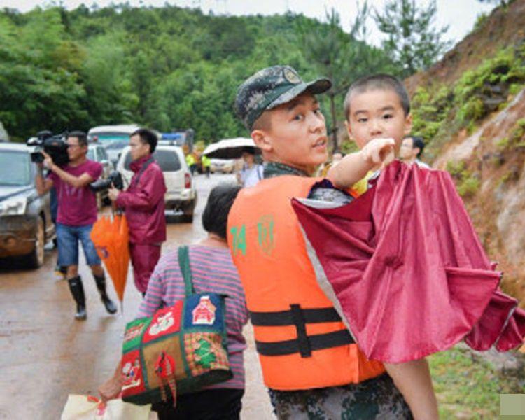 救援人员协助居民撤离。网图