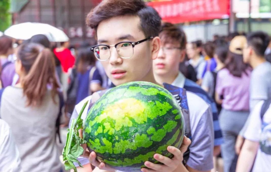 陕西师範大学为1.8万名学生派5000个西瓜消暑。网上图片