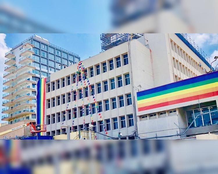 美国驻耶路撒冷大使馆驻特拉维夫办公大楼髹上了彩虹颜色。Twitter